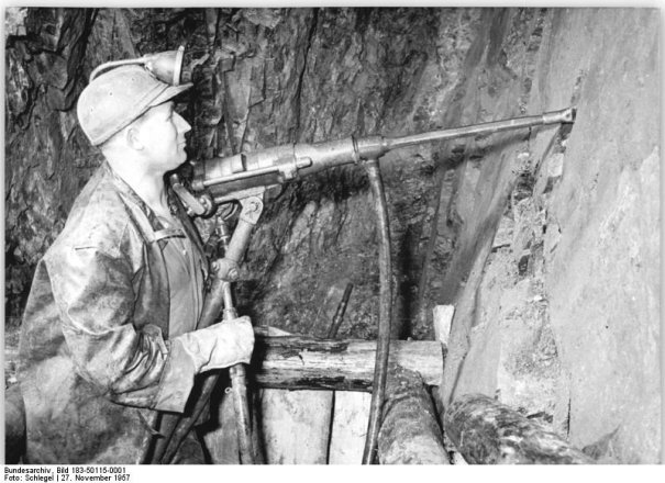 Miner at the Wismut drilling a blast borehole, 1957 (Federal Archives, picture 183-50115-0001 / CC-BY-SA)