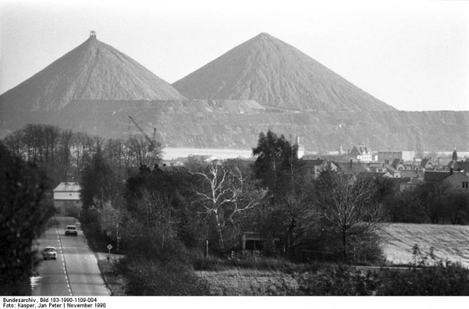Mining dumps of the Wismut daylight mining at Ronneburg, Thuringia, 1990 (Federal Archives, picture 183-1990-1109-004 / CC-BY-SA)