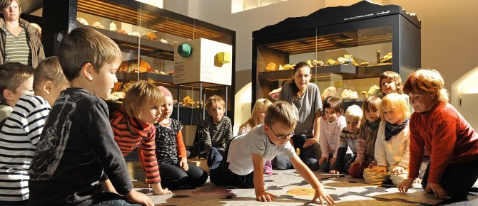 <span>Children from a kindergarten playing a mineralogical memory with Christina Seifert (Museum's Education Service); Photo: Detlev Müller. </span>