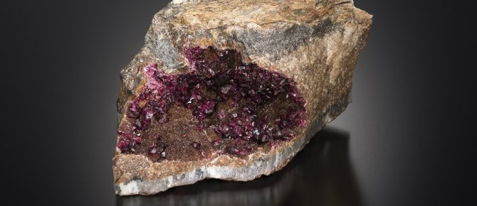 <span>Roselith on quartz, Schneeberg, Erzgebirge, TU Bergakademie Freiberg, photo Jeff Scovil</span>