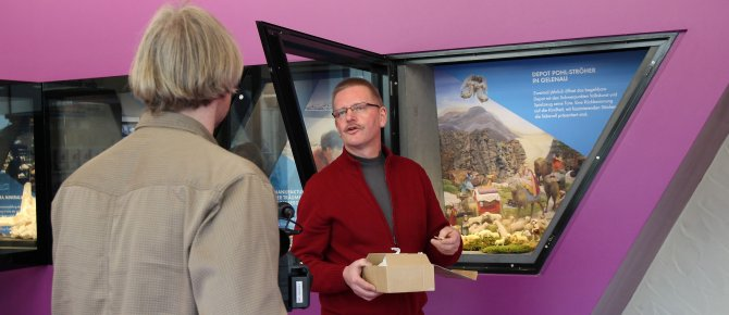 <span>Partner presentation in the terra mineralia entrance hall: Michael Schuster, manager and director of the Pohl-Ströher Depository in Gelenau, helping pack up a nativity.</span>