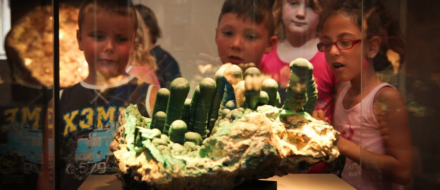 "<span>Children during a guided tour called ""An expedition for little scientists"", here: in front of a huge malachite in the Treasure Hall; Photo: Susanne Paskoff. </span>"